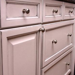Shabby-Look Küche mit profilierten Schrankfronten, weißen Schränken und Kücheninsel in Detroit