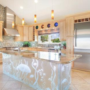 マイアミの広いエクレクティックスタイルのおしゃれなキッチン (シングルシンク、シェーカースタイル扉のキャビネット、淡色木目調キャビネット、御影石カウンター、青いキッチンパネル、磁器タイルのキッチンパネル、シルバーの調理設備、磁器タイルの床) の写真