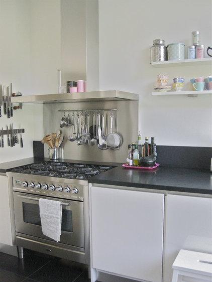 modern kitchen by Iris