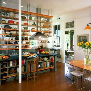 Inspiration för industriella kök, med öppna hyllor och gröna skåp