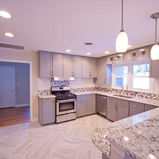 Offene, Mittelgroße Moderne Küche in U-Form mit Waschbecken, Schrankfronten im Shaker-Stil, grauen Schränken, Granit-Arbeitsplatte, Küchenrückwand in Weiß, Rückwand aus Keramikfliesen, Küchengeräten aus Edelstahl, Linoleum und Halbinsel in Philadelphia