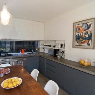 Immagine di una cucina eclettica con top in cemento