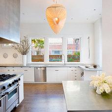 Modern Kitchen by Jennifer Weiss Architecture