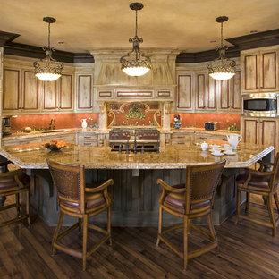 Стильный дизайн: кухня в классическом стиле с фартуком из плитки мозаики, техникой из нержавеющей стали и оранжевым фартуком - последний тренд