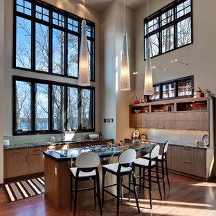 Ispirazione per una grande cucina minimal con lavello sottopiano, ante lisce, ante marroni, top in legno, paraspruzzi verde, parquet scuro, isola, pavimento marrone e top multicolore