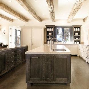Geräumige Landhaus Wohnküche in U-Form mit Unterbauwaschbecken, Schrankfronten im Shaker-Stil, weißen Schränken, Küchenrückwand in Beige, Betonboden, zwei Kücheninseln, weißen Elektrogeräten, Quarzwerkstein-Arbeitsplatte, Rückwand aus Stein und braunem Boden in San Francisco
