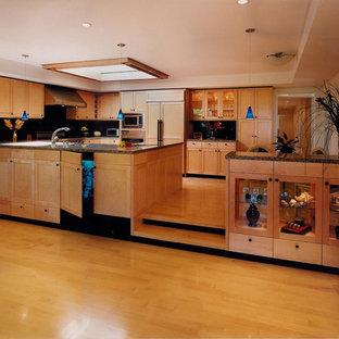 Große Moderne Wohnküche in U-Form mit Doppelwaschbecken, Schrankfronten im Shaker-Stil, hellen Holzschränken, Granit-Arbeitsplatte, Küchenrückwand in Schwarz, Küchengeräten aus Edelstahl, hellem Holzboden, Rückwand aus Stein, Halbinsel, gelbem Boden und brauner Arbeitsplatte in San Francisco