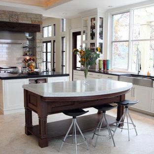 Стильный дизайн: кухня в современном стиле с тройной раковиной и мраморной столешницей - последний тренд
