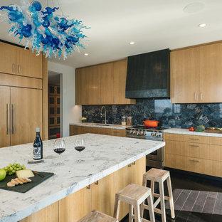 Idéer för funkis gult l-kök, med en enkel diskho, skåp i ljust trä, marmorbänkskiva, mörkt trägolv, en köksö, grått stänkskydd, integrerade vitvaror och grått golv