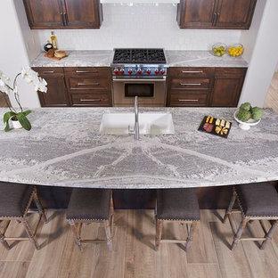 Idee per una cucina classica di medie dimensioni con lavello sottopiano, ante in stile shaker, ante marroni, top in marmo, paraspruzzi bianco, paraspruzzi in gres porcellanato, elettrodomestici in acciaio inossidabile, pavimento in legno massello medio, isola e pavimento marrone