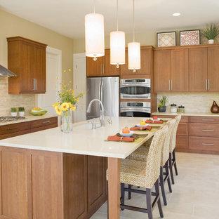 На фото: кухня в классическом стиле с техникой из нержавеющей стали, одинарной раковиной, фасадами в стиле шейкер, фасадами цвета дерева среднего тона, бежевым фартуком и фартуком из травертина с