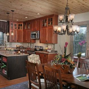 Foto di una grande cucina stile rurale con isola, lavello sottopiano, ante in stile shaker, ante marroni, top in marmo, paraspruzzi beige, paraspruzzi in lastra di pietra, elettrodomestici in acciaio inossidabile e parquet chiaro