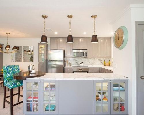 Kleine Klassische Wohnküche In U Form Mit Grauen Schränken,  Laminat Arbeitsplatte, Küchengeräten