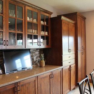 Große Klassische Wohnküche in L-Form mit hellbraunen Holzschränken, bunter Rückwand, Schrankfronten im Shaker-Stil, Arbeitsplatte aus Recyclingglas, Rückwand aus Stäbchenfliesen, Küchengeräten aus Edelstahl, Kücheninsel, Landhausspüle und Betonboden in Sonstige