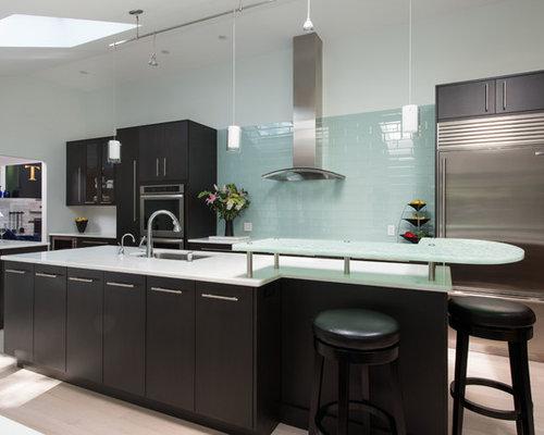 Küchen mit blauer Küchenrückwand und Glas-Arbeitsplatte - Ideen ...