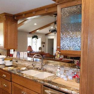 オースティンの中サイズのサンタフェスタイルのおしゃれなキッチン (ダブルシンク、シェーカースタイル扉のキャビネット、淡色木目調キャビネット、御影石カウンター、ベージュキッチンパネル、石タイルのキッチンパネル、シルバーの調理設備の、トラバーチンの床、アイランドなし) の写真