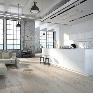 Einzeilige, Mittelgroße Moderne Wohnküche mit flächenbündigen Schrankfronten, weißen Schränken, Laminat-Arbeitsplatte, Küchenrückwand in Weiß, Sperrholzboden, Kücheninsel, beigem Boden und weißer Arbeitsplatte in Las Vegas