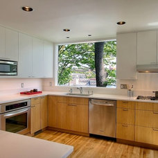 Modern Kitchen by Logan's Hammer Building & Renovation