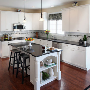 Новый формат декора квартиры: кухня в классическом стиле с врезной раковиной, фасадами с утопленной филенкой и белыми фасадами