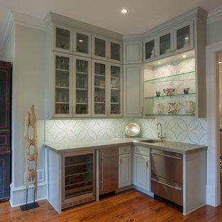 Klassische Küche mit Unterbauwaschbecken, Glasfronten, grauen Schränken, bunter Rückwand und Küchengeräten aus Edelstahl in Atlanta