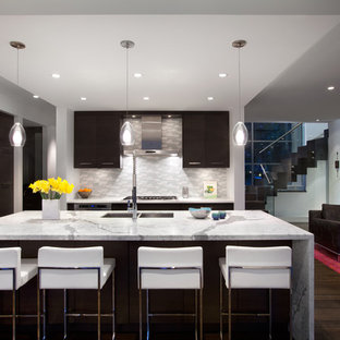 Diseño de cocina minimalista con electrodomésticos de acero inoxidable