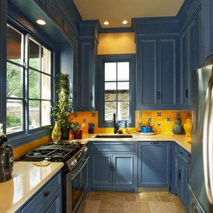 Inspiration för ett avskilt vintage gul gult u-kök, med en undermonterad diskho, luckor med infälld panel, blå skåp, gult stänkskydd, stänkskydd i keramik och rostfria vitvaror