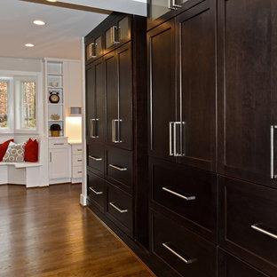 Große Klassische Küche in U-Form mit Vorratsschrank, Unterbauwaschbecken, Schrankfronten im Shaker-Stil, dunklen Holzschränken, Quarzwerkstein-Arbeitsplatte, bunter Rückwand, Rückwand aus Schiefer, Küchengeräten aus Edelstahl, braunem Holzboden und zwei Kücheninseln in Washington, D.C.