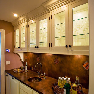 Zweizeilige Klassische Küche ohne Insel mit integriertem Waschbecken, weißen Schränken, Küchenrückwand in Braun, braunem Holzboden, Vorratsschrank, profilierten Schrankfronten, Kupfer-Arbeitsplatte, Rückwand aus Stein und Küchengeräten aus Edelstahl in New York