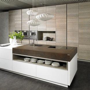 Ejemplo de cocina comedor moderna, de tamaño medio, con fregadero integrado, armarios con paneles lisos, puertas de armario blancas, suelo de baldosas de porcelana y una isla