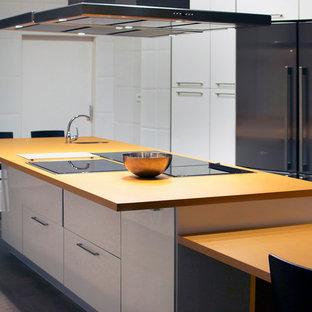 Ejemplo de cocina comedor minimalista, de tamaño medio, con fregadero integrado, armarios con paneles lisos, puertas de armario blancas, suelo de baldosas de porcelana, una isla y encimeras naranjas