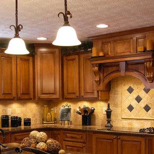ニューヨークの大きいトラディショナルスタイルのおしゃれなキッチン (ダブルシンク、中間色木目調キャビネット、オニキスカウンター、ベージュキッチンパネル、セメントタイルのキッチンパネル、黒い調理設備) の写真