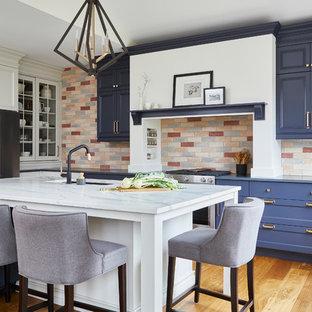 トロントのトランジショナルスタイルのおしゃれなキッチン (アンダーカウンターシンク、落し込みパネル扉のキャビネット、青いキャビネット、マルチカラーのキッチンパネル、レンガのキッチンパネル、シルバーの調理設備の、無垢フローリング、茶色い床、グレーのキッチンカウンター) の写真