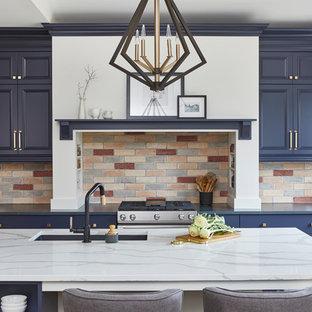 Große Klassische Küche in L-Form mit Vorratsschrank, blauen Schränken, Quarzwerkstein-Arbeitsplatte, Küchenrückwand in Rot, Rückwand aus Backstein, Küchengeräten aus Edelstahl, hellem Holzboden, Kücheninsel, braunem Boden und blauer Arbeitsplatte in Toronto