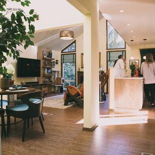 ポートランドの中サイズのエクレクティックスタイルのおしゃれなキッチン (アンダーカウンターシンク、フラットパネル扉のキャビネット、中間色木目調キャビネット、クオーツストーンカウンター、白いキッチンパネル、セラミックタイルのキッチンパネル、シルバーの調理設備の、コルクフローリング) の写真