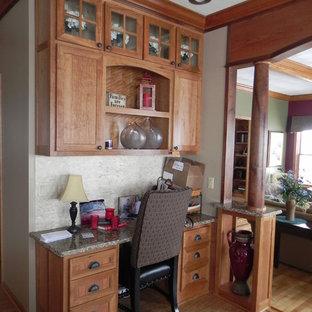 Cette image montre une grande cuisine américaine ethnique en U avec un placard à porte plane, des portes de placard noires, un plan de travail en quartz, un électroménager blanc et un îlot central.
