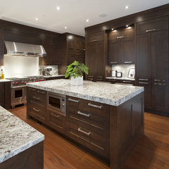 modern kitchen by Old World Kitchens & Custom Cabinets