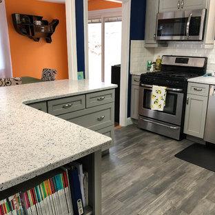 Idéer för mellanstora funkis vitt kök, med en undermonterad diskho, skåp i shakerstil, grå skåp, bänkskiva i återvunnet glas, vitt stänkskydd, stänkskydd i keramik, rostfria vitvaror, klinkergolv i porslin och grått golv