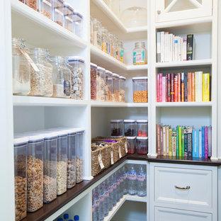 Удачное сочетание для дизайна помещения: кухня среднего размера в классическом стиле с кладовкой, открытыми фасадами и белыми фасадами - самое интересное для вас