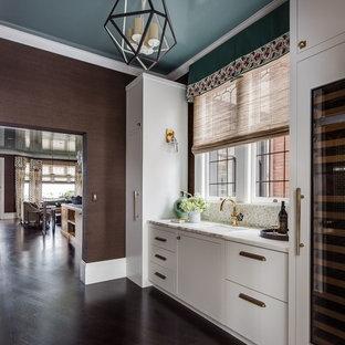 Esempio di una cucina lineare moderna di medie dimensioni con lavello sottopiano, ante lisce, ante bianche, top alla veneziana, paraspruzzi multicolore, paraspruzzi a finestra, elettrodomestici da incasso, parquet scuro e pavimento marrone