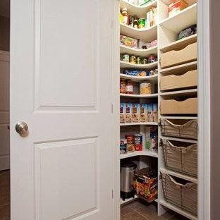 Ejemplo de cocina en L, tradicional, pequeña, con despensa, armarios abiertos y puertas de armario blancas