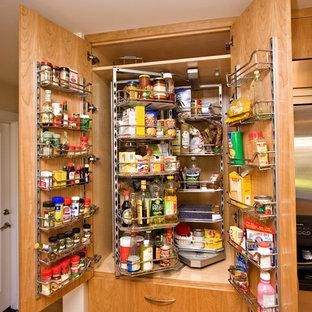 サンフランシスコの中サイズのコンテンポラリースタイルのおしゃれなキッチン (フラットパネル扉のキャビネット、中間色木目調キャビネット、コンクリートカウンター、シルバーの調理設備、無垢フローリング、ベージュキッチンパネル、茶色い床、グレーのキッチンカウンター) の写真