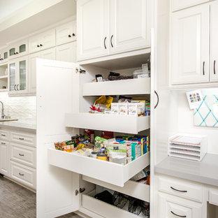 Geschlossene, Zweizeilige, Kleine Klassische Küche mit Unterbauwaschbecken, Glasfronten, weißen Schränken, Quarzwerkstein-Arbeitsplatte, Küchenrückwand in Beige, Rückwand aus Keramikfliesen, Küchengeräten aus Edelstahl und Porzellan-Bodenfliesen in Los Angeles