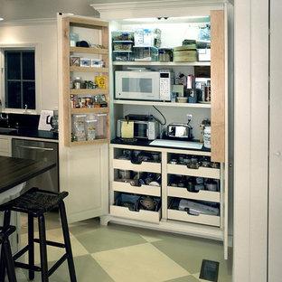 Идея дизайна: кухня в классическом стиле с белыми фасадами и техникой из нержавеющей стали