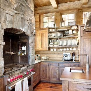 Bild på ett rustikt kök, med rostfria vitvaror