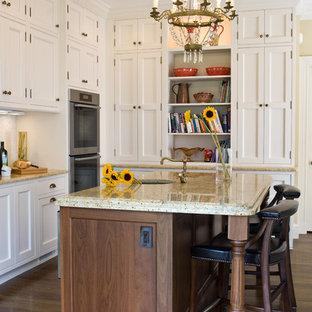 Cette photo montre une cuisine victorienne avec un évier 1 bac, un placard à porte shaker, des portes de placard blanches et un électroménager en acier inoxydable.