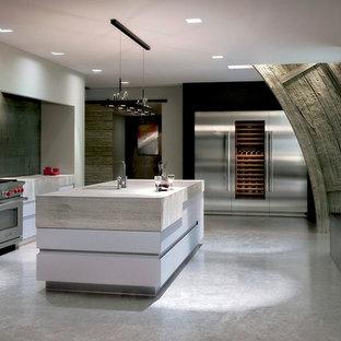 トロントの大きいコンテンポラリースタイルのおしゃれなキッチン (アンダーカウンターシンク、フラットパネル扉のキャビネット、白いキャビネット、コンクリートカウンター、緑のキッチンパネル、セメントタイルのキッチンパネル、シルバーの調理設備の、コンクリートの床、グレーの床、ベージュのキッチンカウンター) の写真