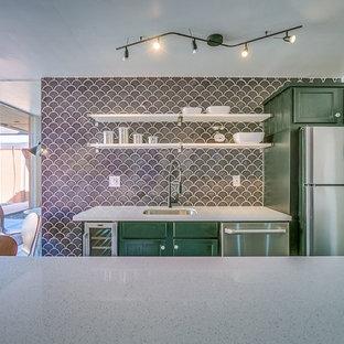Ispirazione per una cucina moderna di medie dimensioni con lavello sottopiano, ante in stile shaker, ante verdi, top alla veneziana, paraspruzzi grigio, paraspruzzi in gres porcellanato, elettrodomestici in acciaio inossidabile e isola