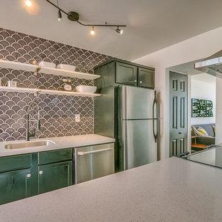 Mittelgroße Mid-Century Küche mit Unterbauwaschbecken, Schrankfronten im Shaker-Stil, grünen Schränken, Arbeitsplatte aus Terrazzo, Küchenrückwand in Grau, Rückwand aus Porzellanfliesen, Küchengeräten aus Edelstahl und Kücheninsel in Phoenix