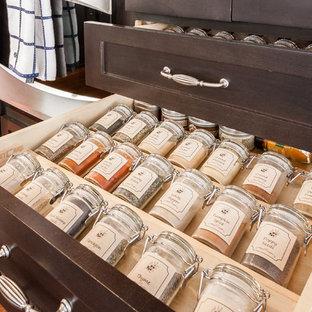 オレンジカウンティの大きいシャビーシック調のおしゃれなキッチン (アンダーカウンターシンク、レイズドパネル扉のキャビネット、濃色木目調キャビネット、クオーツストーンカウンター、マルチカラーのキッチンパネル、石タイルのキッチンパネル、シルバーの調理設備の、無垢フローリング) の写真