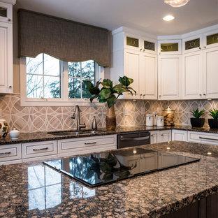 Mittelgroße Klassische Wohnküche mit Doppelwaschbecken, Glasfronten, weißen Schränken, Granit-Arbeitsplatte, Küchenrückwand in Beige, Rückwand aus Mosaikfliesen, Küchengeräten aus Edelstahl, dunklem Holzboden, Kücheninsel und grauem Boden in Cincinnati
